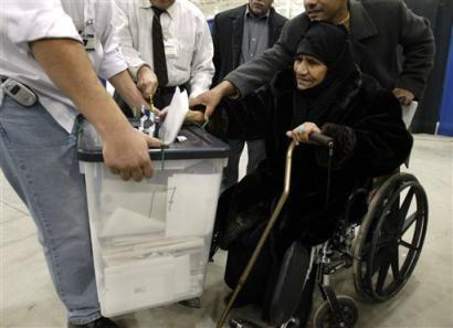 An Iraqi woman votes